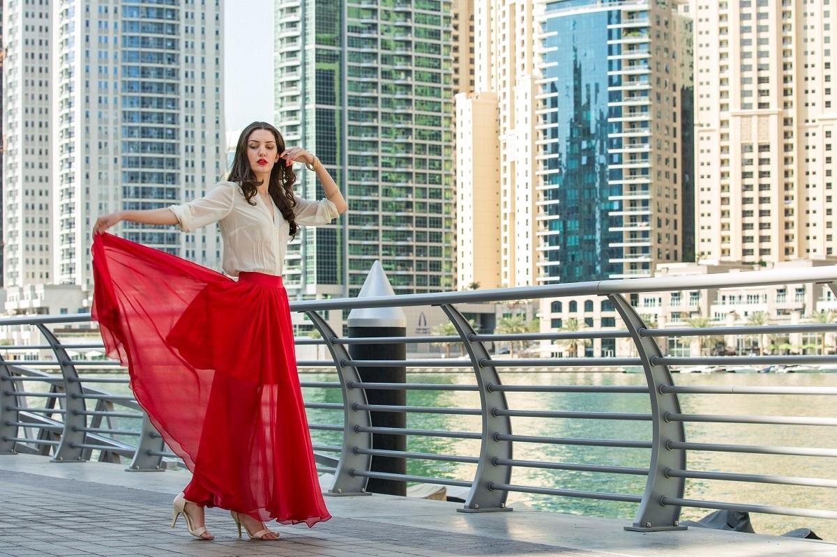 Randki Dubai Marina spotyka się z kimś kilka miesięcy starszym